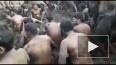 Ритуальное видео из Индии: Жители закидали друг друга ...