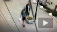 Видео: в Горелово мужчина справил нужду на клумбу ...