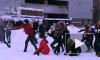 Петербург: игра в снежки на фоне автозака