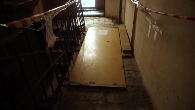 Жители доходного дома Полежаева уже не один десяток лет борются за открытие парадной лестницы