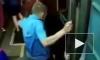 Видео из Москвы: Неадекват спрыгнул на рельсы в метро, бегал по путям и спрятался под поезд