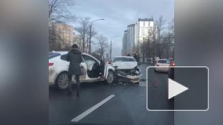 Таксист вылетел на встречку и разбил иномарку на Народного Ополчения