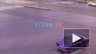 """Видео: Молодые люди на """"Жигулях"""" попали в ДТП на перекрестке улиц Маршала Казакова и Жукова"""