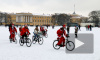 Велопробег Дедов Морозов со Снегурочками, несмотря на запрет, финишировал на Дворцовой площади