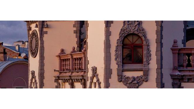 Руферы залезли на крышу театра имени Миронова и не смогли спуститься, их пришлось снимать при помощи веревки и лестницы