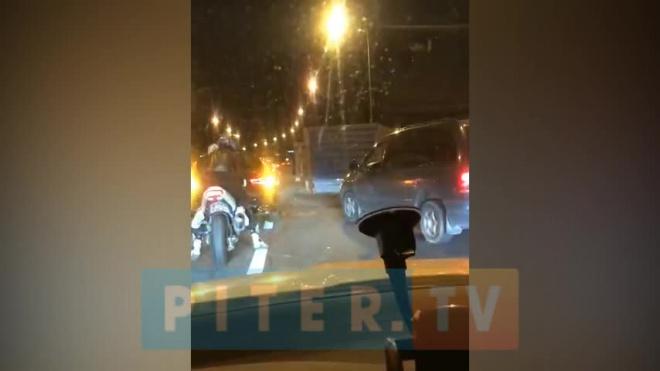 Видео: на Свердловской набережной столкнулись легковушка и фура