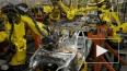На автомобильном заводе Volkswagen робот-манипулятор ...