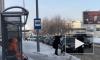 Чиновника заставили чистить снег у автобусной остановки