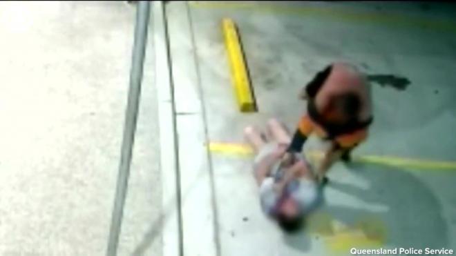 Пенсионерка повалила на землю укравшего сумочку грабителя