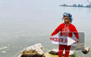 Видео: стилист Сергей Зверев убирает мусор на берегу Байкала