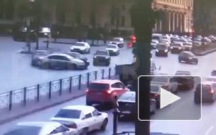 Появилось видео с моментом массового ДТП на площади Восстания