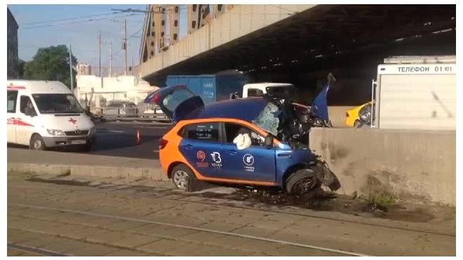 Видео из Москвы: На Варшавском шоссе автомобиль врезался в ограждение, водитель погиб