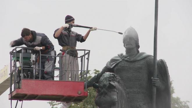 Покровитель Петербурга Александр Невский и его личный конь приняли очистительный душ и сейчас сохнут