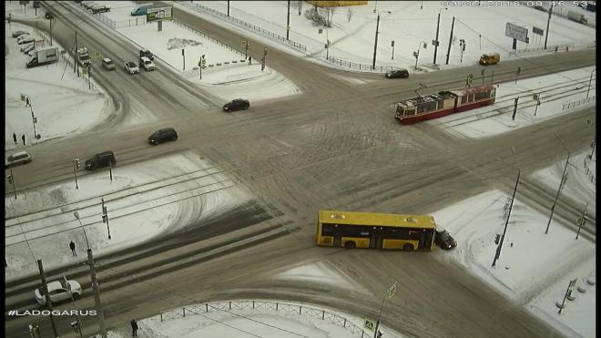 Видео: В Петербурге автобус с пассажирами влетел в легковушку