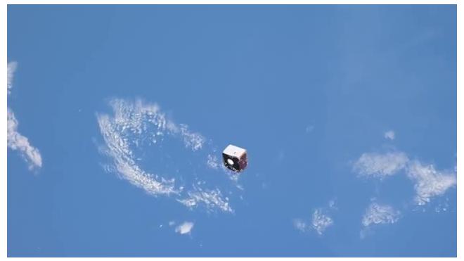 Космонавт с МКС снял на видео пролетающий мимо спутник, люди поразились от увиденного