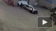 Жесткое видео из Свердловска: Сотрудник автомойки ...