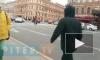 Мужчина остановил автомобильное движение на Невском, чтобы перевести бабушку через дорогу