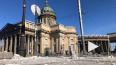 Момент обрушения фасада дома напротив Казанского собора ...