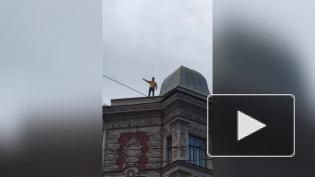 Кричавшего с крыши на Гороховой мужчину увезли в психбольницу