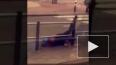 Видео из Нидерландов: Ураганный ветер сбивает пешеходов, ...