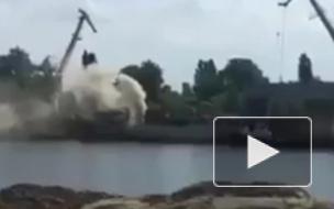 Появилось видео горящего корабля на бывшем заводе Порошенко