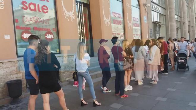 В Петербурге снова заметили очередь у магазина Zara на Невском