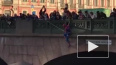 """Человек-паук"" повис на Аничковом мосту в Петербурге"