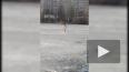 Странный нудист делал зарядку на льду озера в Новом ...