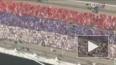 Во флешмобе, изображающем живой флаг России, участвовало ...