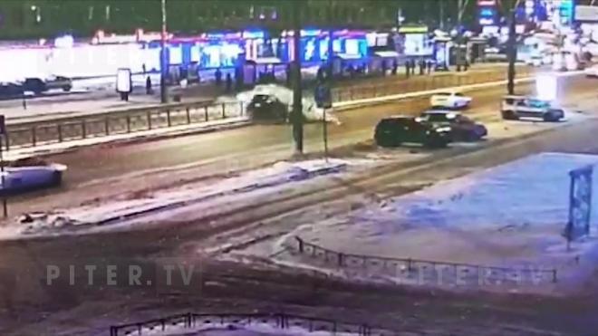 Видео: водитель влетел в дорожное ограждение на Ленинском проспекте