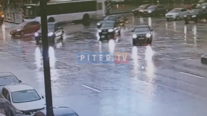 """Яндекс.Такси"" врезался в легковушку на площади Восстания"