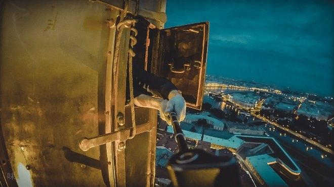 Петербургские школьники, рискуя жизнью, залезли на шпиль Петропавловской крепости