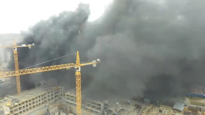 На стройплощадке ЖК на проспекте Ветеранов загорелся мусор