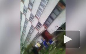Жуткое видео из Петербурга: на Солдата Корзуна девушка рухнула с 8-го этажа