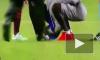 Фанат Месси прорвался на поле во время матча и поцеловал бутсу игрока
