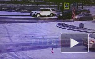 На Богатырском машина сбила двух пешеходов из-за наледи