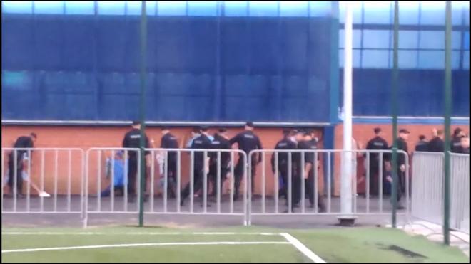 Появилось видео драки футбольных фанатов с сотрудниками ОМОН