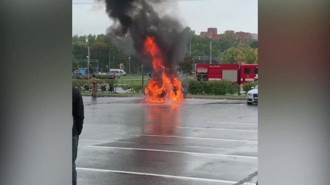 """На парковке у """"Жемчужной плазы"""" горит автомобиль"""