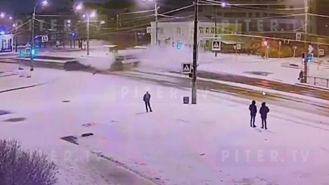Момент ДТП на перекрестке Тамбасова и Ветеранов попал на видео