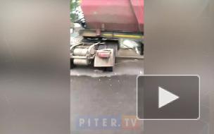 Появилось видео с ДТП, где фура снесла остановку с пассажирами