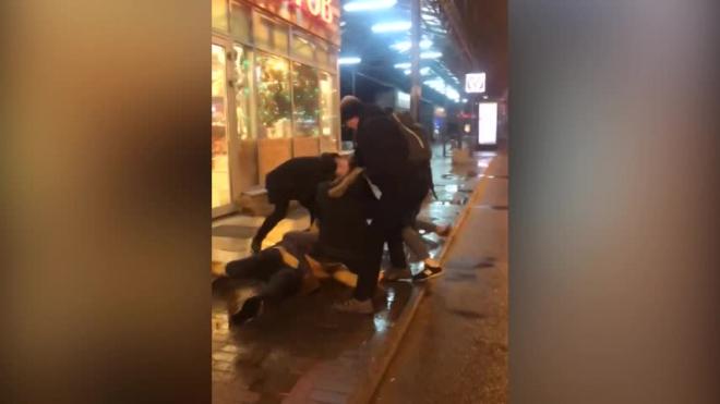 Видео: в маршрутке на Ветеранов произошла массовая драка и разбили стекло