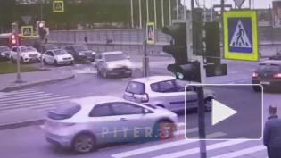 Кроссовер снес светофор на перекрестке Кузнецовской и Гагарина после столкновения с легковушкой
