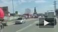 Видео из Мари Эл: Задержанный выпал на дорогу из полицей...
