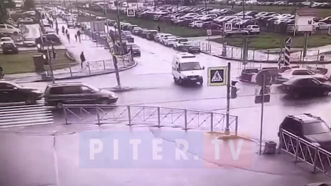 """Машина скорой не смогла проехать на """"красный"""" по Брестскому бульвару"""