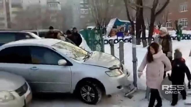 В Омске автоледи протаранила забор детского сада