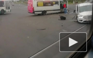 """Ford Kuga"" столкнулся с маршруткой на Петергофском шоссе"