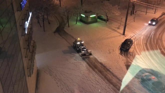 Тракторы очищают улицы Петербурга от снега