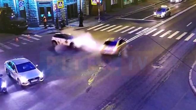 Иномарка вылетела на тротуар в результате ДТП на Каменноостровском проспекте
