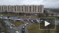 Автомобили объезжают заблокированную ДТП улицу Типанова ...