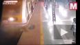 Видео: в Индии женщина попала под поезд метро пока ...